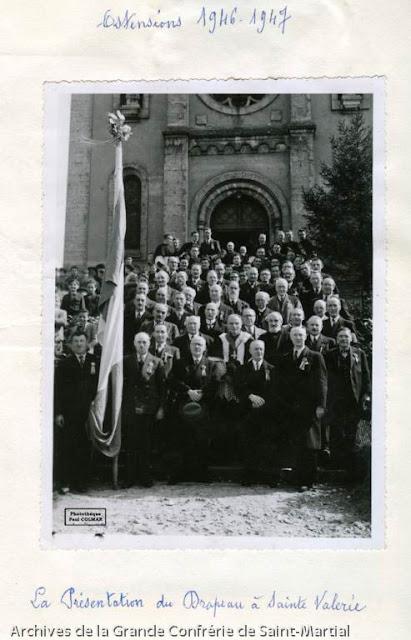 Ostensions 1947 - Retour de Saint-Martial 01-3 - présentation drapeau des Ostensions - Photothèque Paul Colmar.jpg