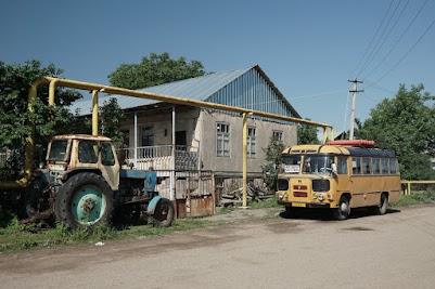 Gasleitung, gasbetriebener Bus und museumsreife Traktor