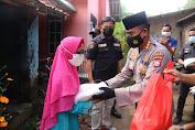 Fatimah Terharu menerima Kedatangan Tim Jumat Barokah Polda Banten