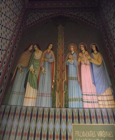 """Arte Sacra que retoma a ideia das virgens prudentes e as imprudentes: """"Então o reino dos céus será semelhante a dez virgens que, tomando as suas lâmpadas, saíram ao encontro do esposo"""" """"As loucas, tomando as suas lâmpadas, não levaram azeite consigo. Mas as prudentes levaram azeite em suas vasilhas, com as suas lâmpadas. E, tardando o esposo, tosquenejaram todas, e adormeceram. Mas à meia-noite ouviu-se um clamor: Aí vem o esposo, saí-lhe ao encontro. Então todas aquelas virgens se levantaram, e prepararam as suas lâmpadas. E as loucas disseram às prudentes: Dai-nos do vosso azeite, porque as nossas lâmpadas se apagam. Mas as prudentes responderam, dizendo: Não seja caso que nos falte a nós e a vós, ide antes aos que o vendem, e comprai-o para vós. E, tendo elas ido comprá-lo, chegou o esposo, e as que estavam preparadas entraram com ele para as bodas, e fechou-se a porta.""""  Mateus 25:3-10 Assim, a arte nos remete que temos que estar continuamente preparados para a vinda de Cristo."""