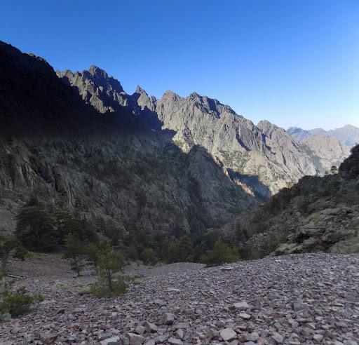 ...la raide partie déjà gravie du couloir et les sommets de Paglia Orba et Capu Tafunatu surplombant Capu Rossu et le versant de Scaffone