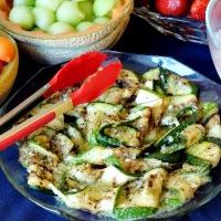 sałatka z grillowanej cukinii z sosemczosnkowo-bazyliowym