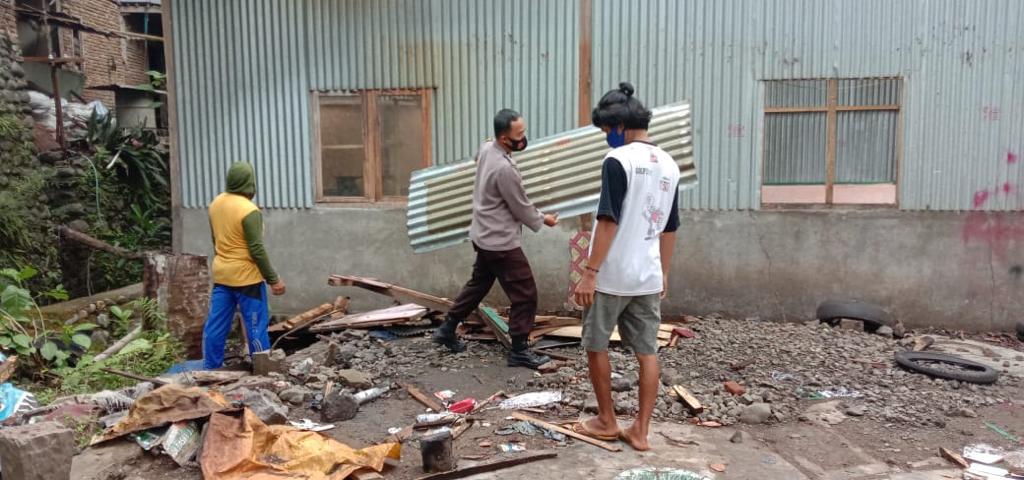 Bhabinkamtinmas Polsek Lalabata Gotong Royong Pembongkaran Bedah Rumah