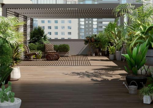 varanda com plantas e com revestimento que imita a madeira