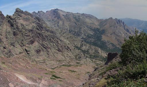 Depuis la Brèche du Sphynx, le versant Niolu avec Grande Barrière et Cinque Frati