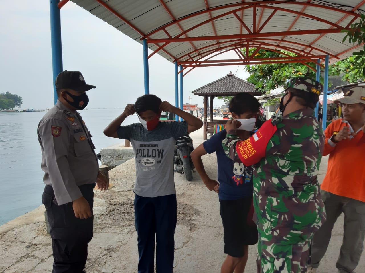 Babinsa Koramil 04/KS Bersama Tri Pilar Berikan Himbauan Edukasi Protokol Kesehatan di Kepulauan Seribu