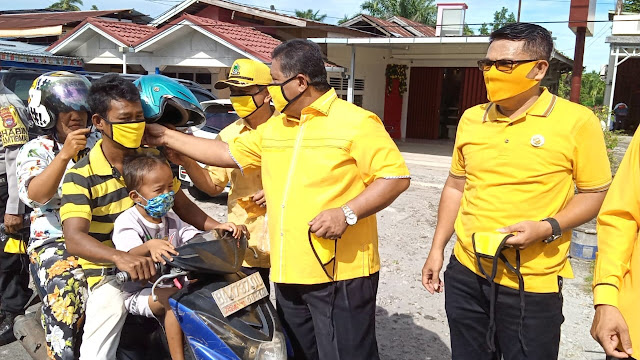 Golkar Pasbar Bagikan 3000 Masker kepada Masyarakat