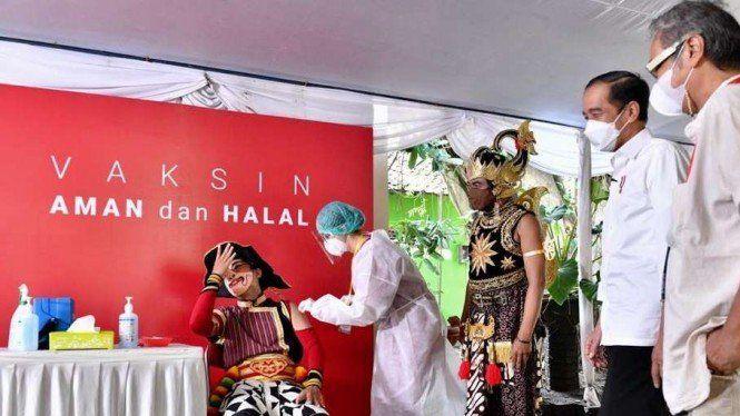 Jokowi Tinjau Vaksinasi Seniman dan Budayawan, Disajikan Tarian 'Petruk Divaksin'