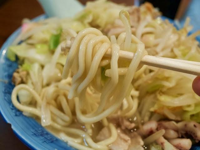 野菜の下にあるチャンポン麺
