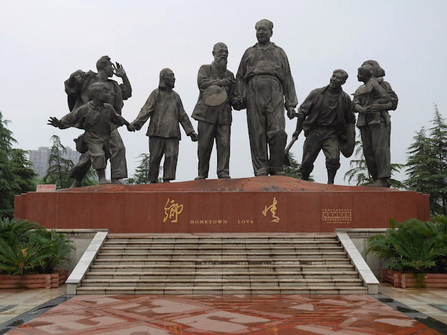 "sculpture ""Hometown Love"" (""鄉情"") at Dongfanghong Plaza (東方紅廣場) in Xiangtan, Hunan"