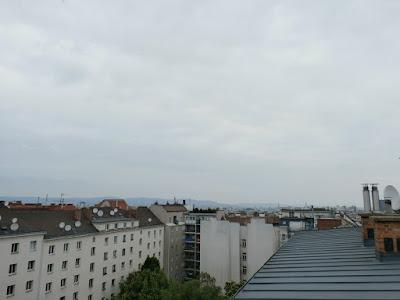 Das aktuelle Wetter in Wien-Favoriten am 22.05.2015 - der Regen kommt!  Trüb aber trocken startet der heutige Freitag bei Temperaturen von 13 Grad, immerhin schon jetzt wärmer als die Höchsttemperatur am gestrigen Donnerstag mit 12.8°C. Das Positive heute: es wird mit 15 oder 16 Grad wesentlich wärmer als gestern, das Negative: Gegen Nachmittag oder allerspätestens zum frühen Abend hin beginnt es zu regnen und der Regen wird anschließend bis zum Pfingstsonntag anhalten. Die Regensummen sind gegenüber gestern gleich geblieben, je nach Wettermodell werden zwischen 40 und 50 l/m² für Wien erwartet.  Weitere Informationen zum Starkregen: http://weatherman68.info/2015/05/22/das-aktuelle-wetter-in-wien-favoriten-am-22-05-201/ #wetter  #wien  #favoriten  #wetterwerte  #regen  #starkregen