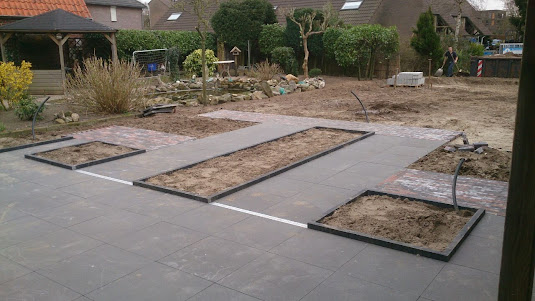 Strak landelijke tuin met groot gazon