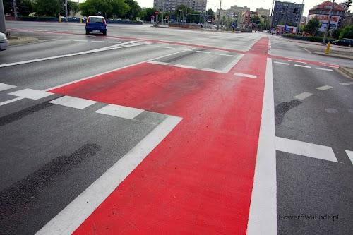 Plac Jana Pawła II. Świeżo wymalowane pasy ruchu dla rowerów i śluza