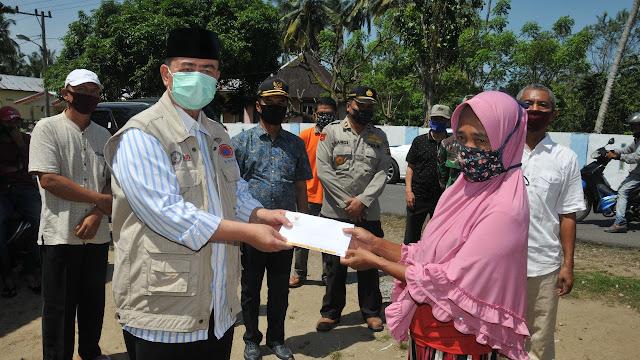 Diserahkan Nasrul Abit, Korban Kapal Tenggelam di Air Haji Terharu Menerima Bantuan Baznas.