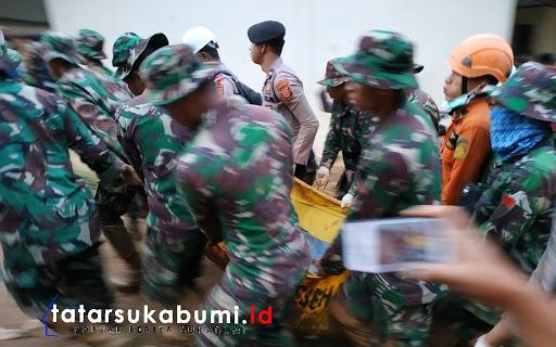 Proses pengangkatan jenazah Korban Longsor Cisolok Sukabumi / Foto : Isep Panji