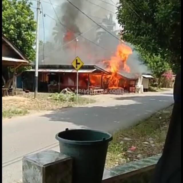 Baru Selesai Shalat Jumat, Api Hanguskan 1 Rumah dan 2 Buah Warung di Desa Telaga Bidadari HSS