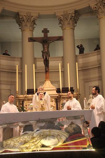 L'Eucarestia delle 9.30 in Duomo con l'urna di Don Bosco (foto Luigi Basso)