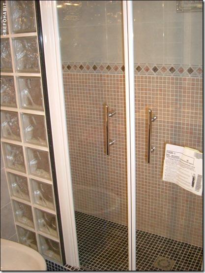 baño separaciones con losetas de vidrio  (4)