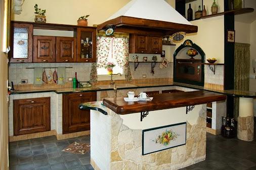Cucina con isola for Piastrelle cucina caltagirone