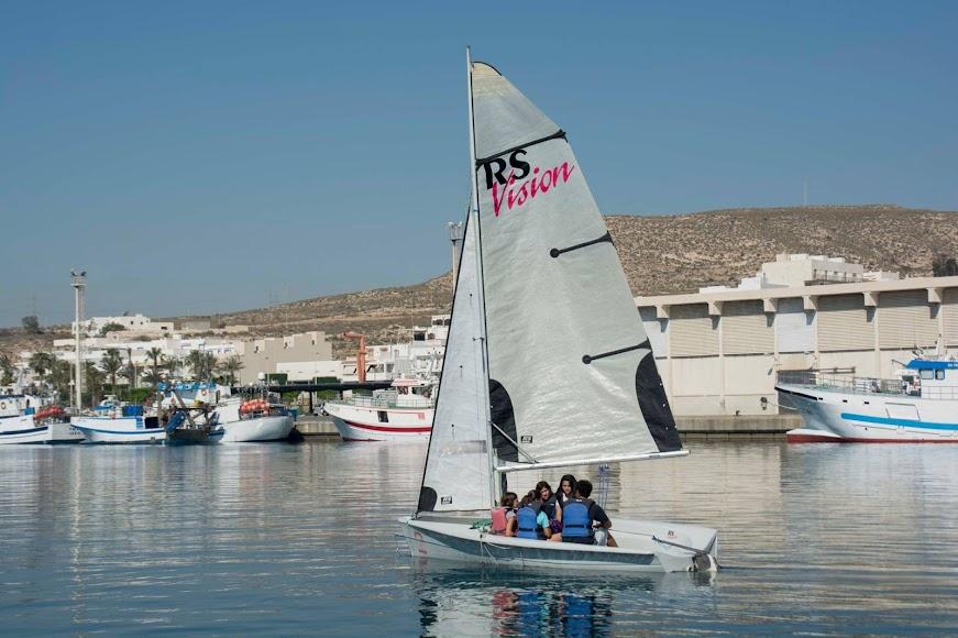 Carboneras, deportes de vela en las aguas y puerto del municipio.