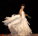 – FRANKENSTEINOVA NEVĚSTA - netkané textilie - koncept jednorázového společenského oděvu . přehlídka SVATEBNÍ MANIE06
