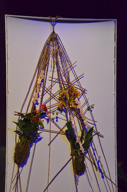 Les dues plantes ubicades en aquesta estructura tenien recollides les seves arrels en una base de kokedama amb molsa.