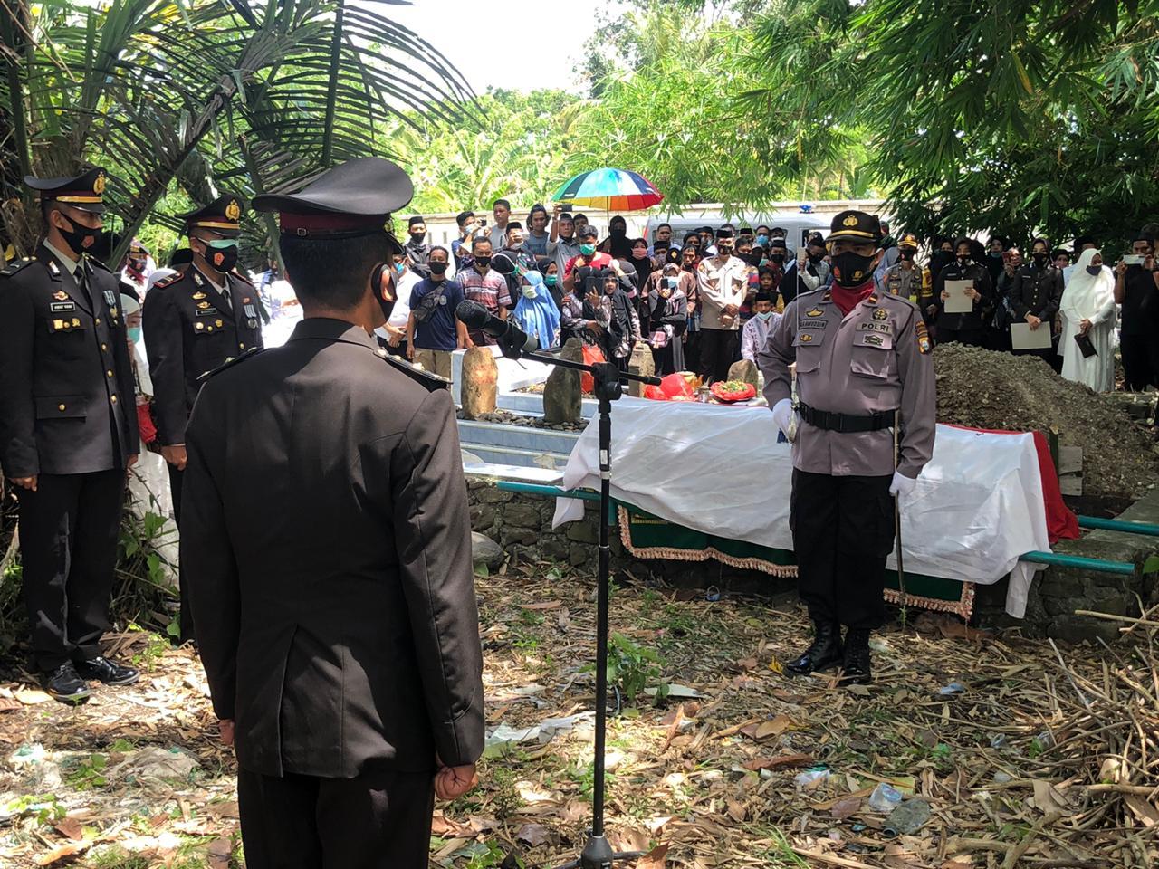 Beri Penghormatan Terakhir, Polres Soppeng Gelar Upacara Pemakaman AKBP .Purn. H. Sahir HW Secara Kedinasan Polri