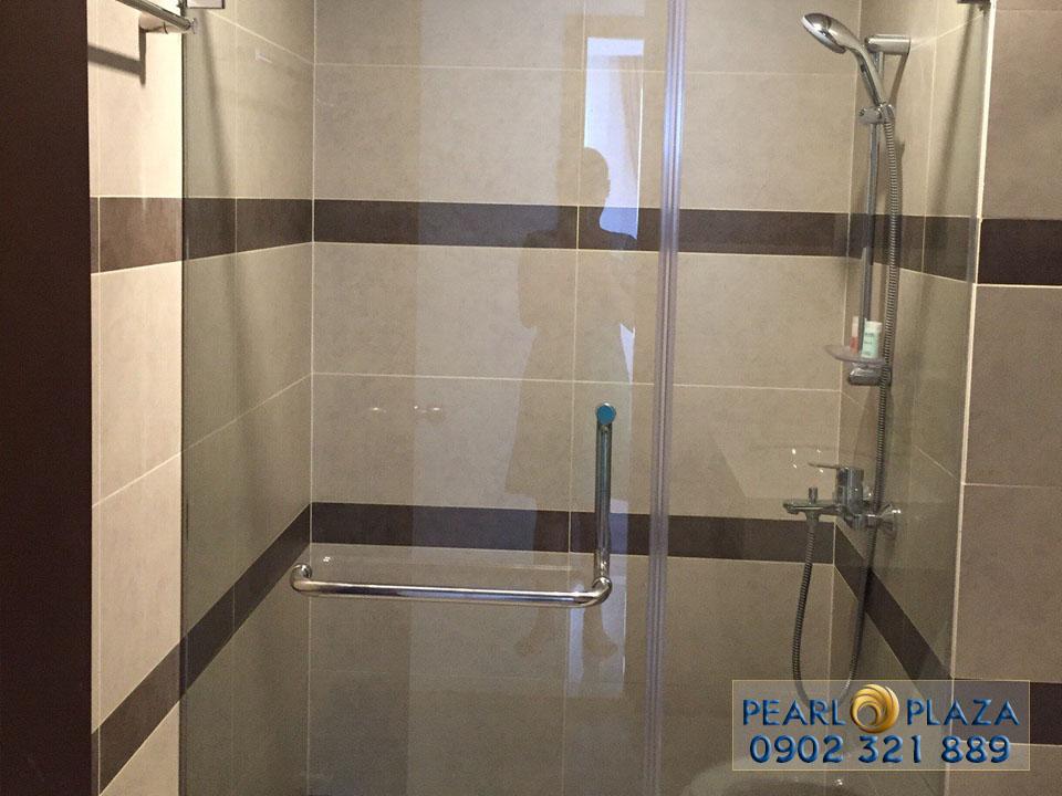 phòng tắm đứng bằng kính sang trọng tại căn hộ tầng 15 pearl