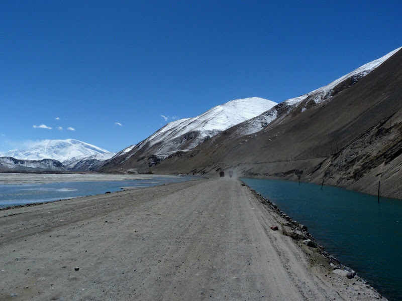 XINJIANG. Karakoram Highway, lune des plus haute route au monde, en passant a 4400 m - P1280496.JPG