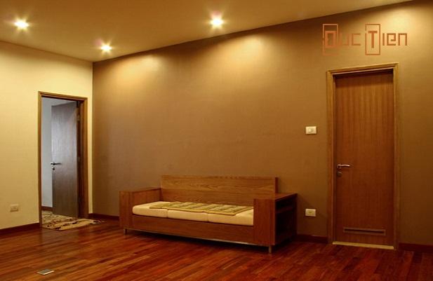 Mẫu cửa gỗ cho tường nhà màu trắng