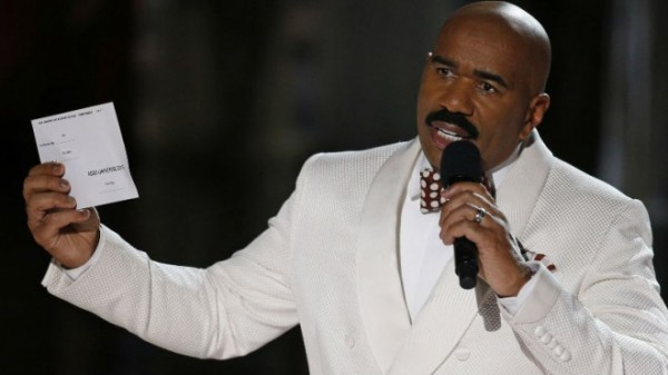 Image of Steve Harvey apologizes for the mix-up when he declared Miss Colombia as Miss Universe 2015 instead Miss Philippines.