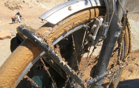 Panther Dominance Trekking im Schlamm auf dem Weg von der Dades- in die Todra-Schlucht, Marokko