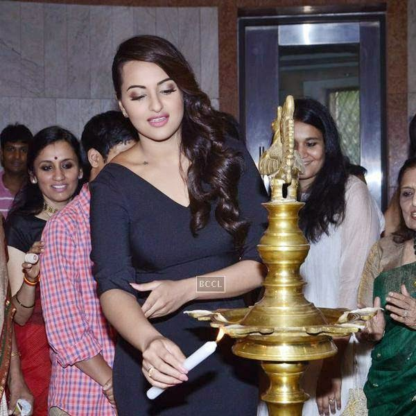 Sonakshi Sinha poses during a tribute to artist Prafula Dhanukar, held at Jehangir Art Gallery. (Pic: Viral Bhayani)