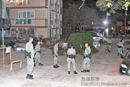 警員在赤泥坪村內駐守。