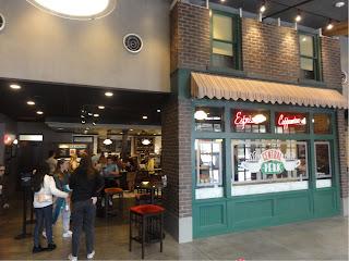 En åpen kafeteria bak en vegg som skal være fasaden til kafeen i Friends.