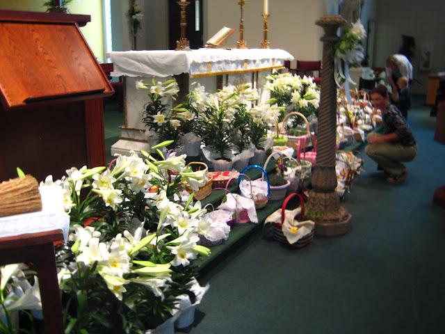 4.23.2011 Święcenie pokarmów w Wielką Sobotę w kościele MOQ, w Norcross. Typowe koszyki wielkanocne - IMG_7855.JPG