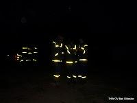 THW-Helfer bei Nacht mit Blitz