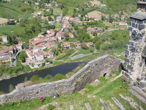 Vue depuis le château de Saint-Ilpize (en bas Villeneuve d'Allier)