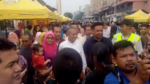 Tun mahathir di bazar ramadhan kg baru