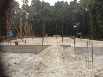 membina tiang rumah dan mengikat batu bata membina rumah