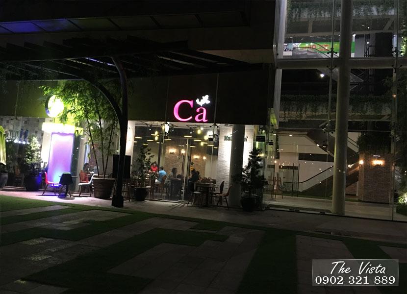 quán cà phê vào buổi tối tại The Vista