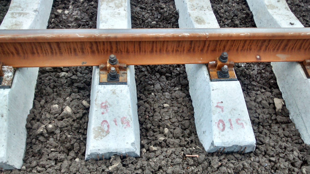 крепление железнодорожных рельс на шпалы