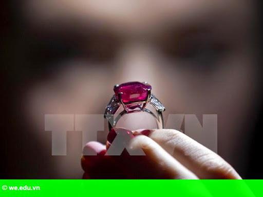 Hình 2: Chiêm ngưỡng viên hồng ngọc đắt nhất thế giới tại Thụy Sĩ