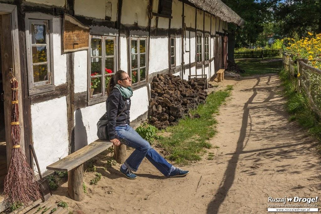 Torf przed tradycyjnym słowińskim domem