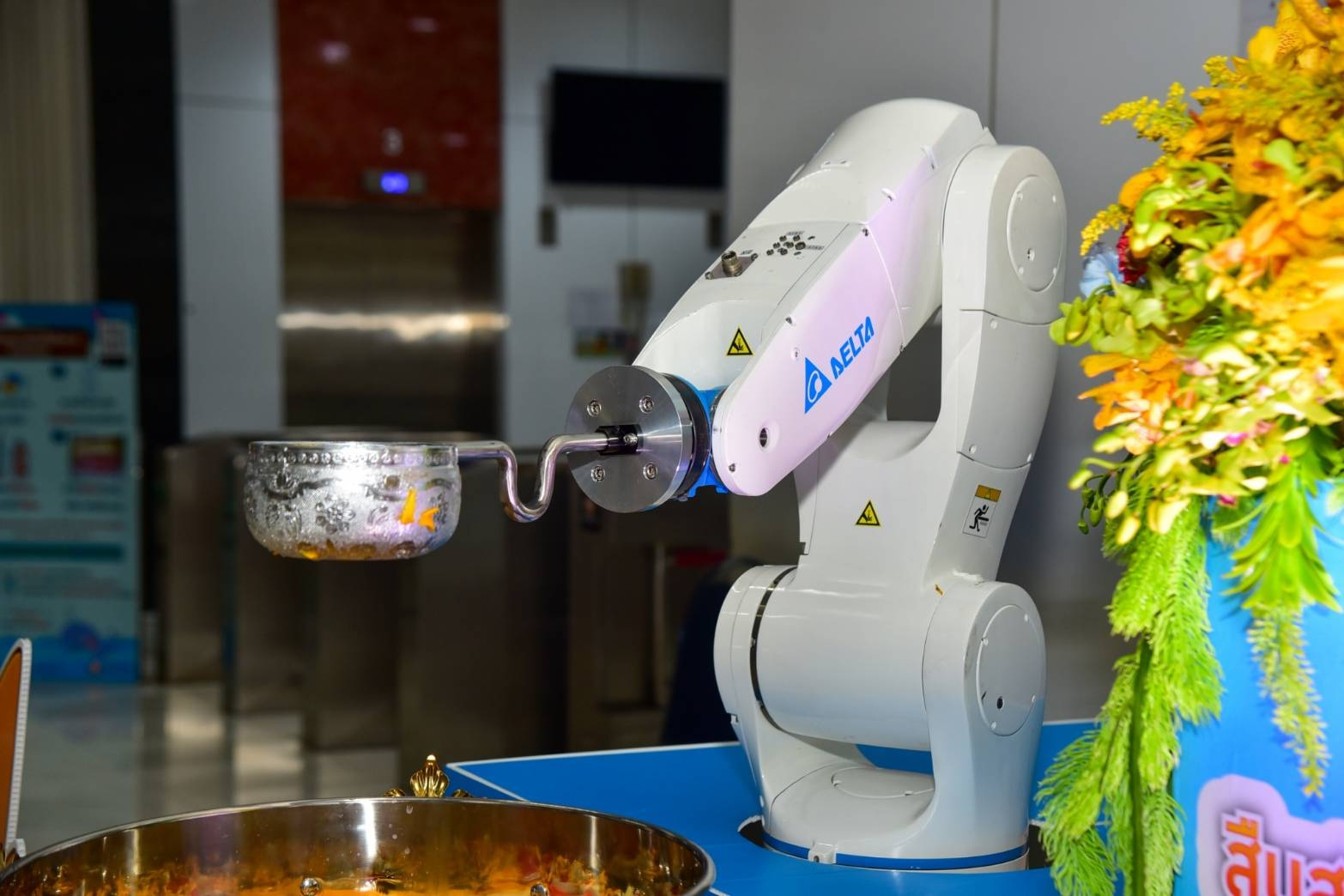 โซลูชันหุ่นยนต์ Delta นำมาใช้ในการเฉลิมฉลองอย่างปลอดภัยเลี่ยงการสัมผัส ณ การไฟฟ้านครหลวง