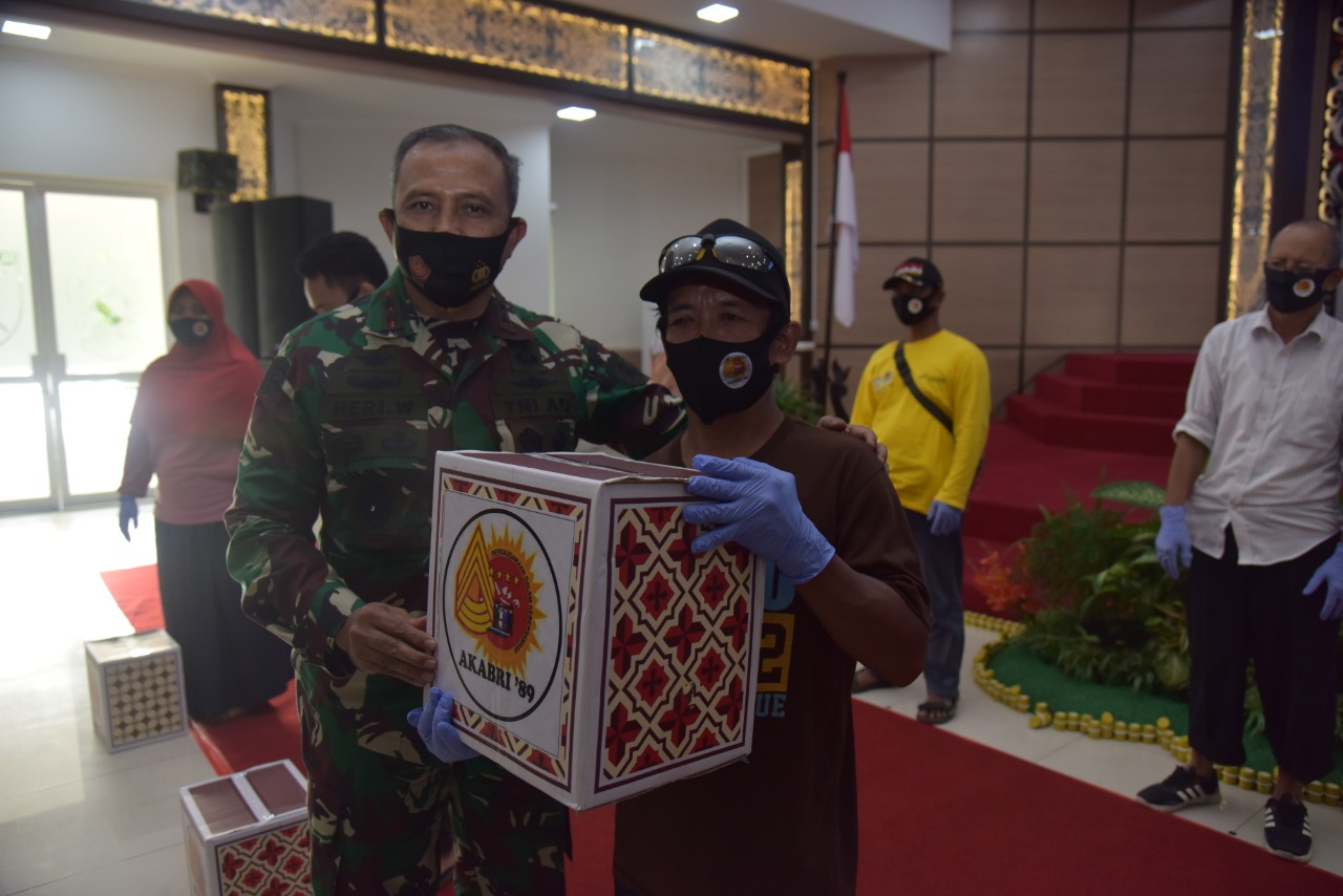 Pangdam VI/ Mulawarman bersama Altar 89 Bagikan Ribuan Paket Sembako ke Warga