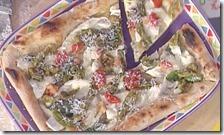Pizza con peperoncini verdi, pancetta, fiordilatte e caciottina
