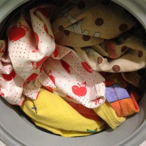 Geöffnete Waschmaschine mit Wäsche