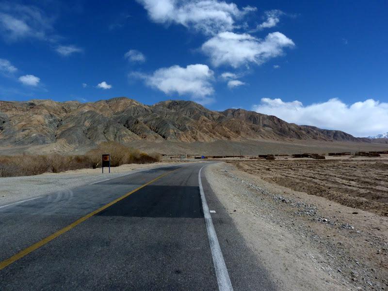 XINJIANG. Karakoram Highway, lune des plus haute route au monde, en passant a 4400 m - P1280546.JPG
