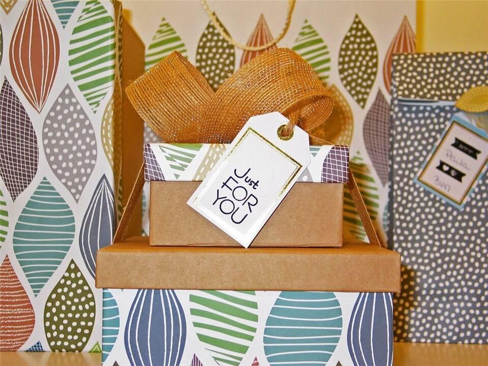 女性向けに包装されたプレゼントの写真